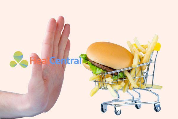 Bệnh nhân bị mỡ máu nên kiêng các thức ăn nhanh giàu cholesterol