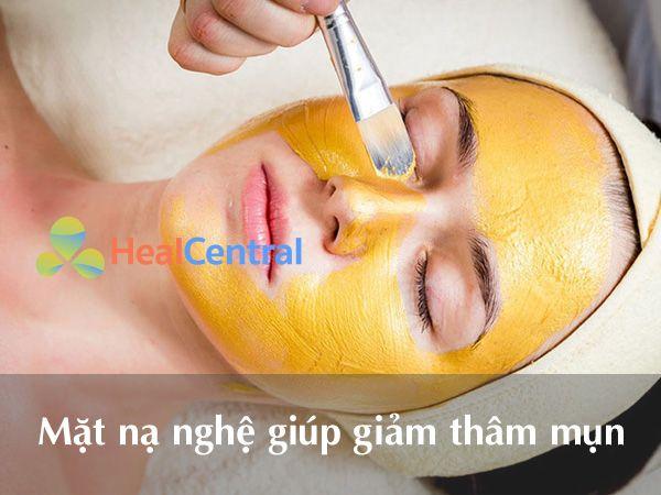 Đắp mặt nạ nghệ giúp giảm thâm sau khi nặn mụn