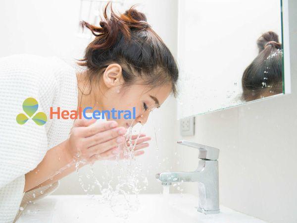 Rửa tay và mặt sạch trước khi nặn mụn