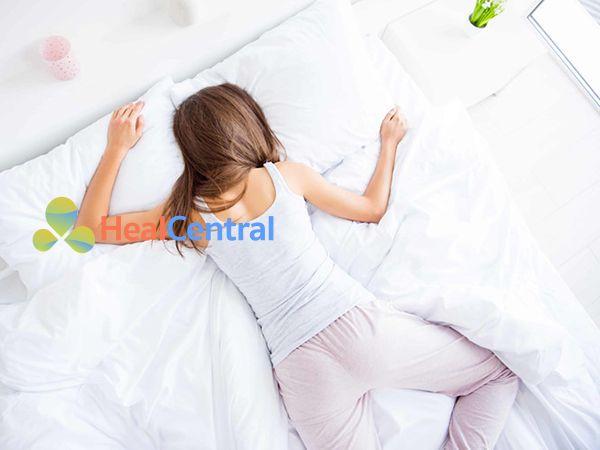 Không nên nằm sấp vì sẽ làm chèn ép bụng khiến cơn đau bụng kinh càng nhiều