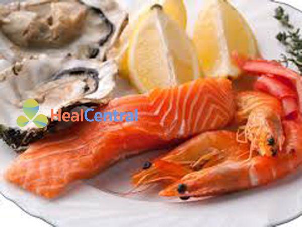 Tôm, cá hồi, hàu giàu vitamin và dưỡng chất giúp giảm đau bụng kinh hiệu quả