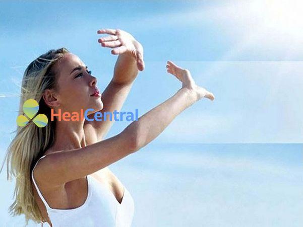 Nên bôi kem chống nắng để tránh tác hại của tia UV