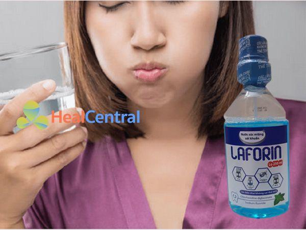 Súc miệng bằng Laforin giúp răng miệng luôn sạch khuẩn