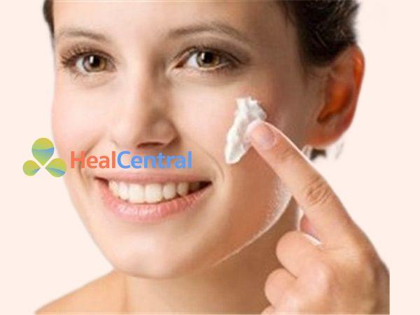 Kem đánh răng kết hợp thêm muối để trị mụn đầu đen