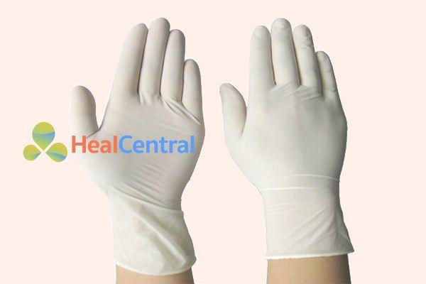 Sử dụng găng tay để đặt thuốc Safaria