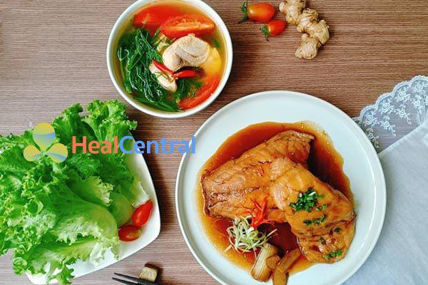 Bữa tối với cá basa kho tương và nấu canh chua