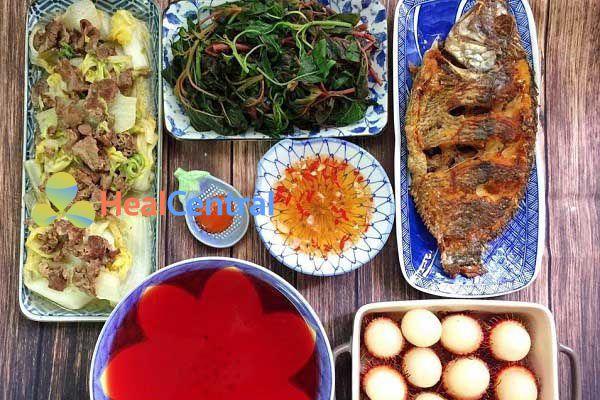 Thực đơn: Cá rán - Thịt xào cải thảo - Rau dền luộc