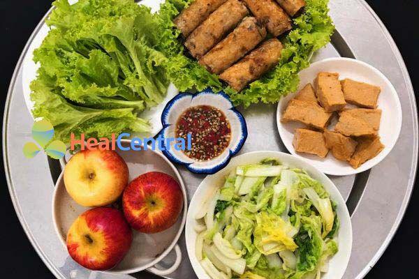 Thực đơn: Chả nem - Giò lụa ăn kèm với rau và táo tráng miệng