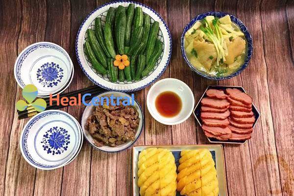 Thực đơn: Lườn ngỗng xông khói - Thịt om - Măng nấu canh