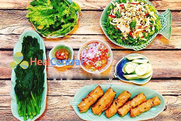 Thực đơn: Nem rán - Salad rau củ - Dưa chuột