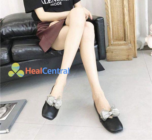 Mang giày đế bằng thay vì giày cao gót giúp chữa giãn tĩnh mạch ở chân