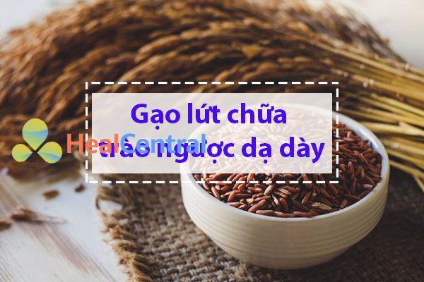 Nên ăn gạo lứt để giảm các triệu chứng của trào ngược dạ dày tá tràng.