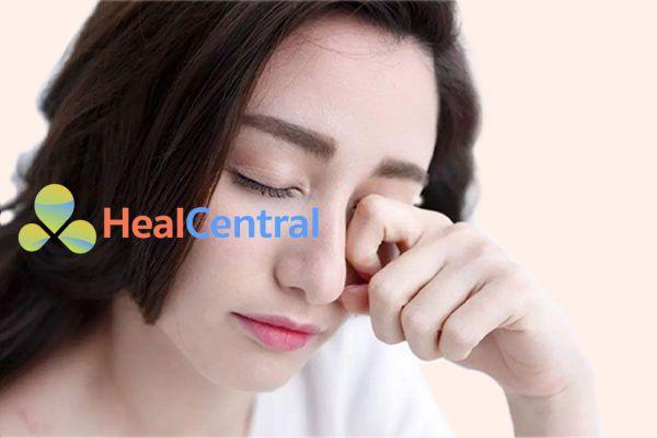 Thuốc nhỏ mắt V.Rohto làm giảm các tình trạng dị ứng mắt, giảm các triệu chứng như ngứa mắt