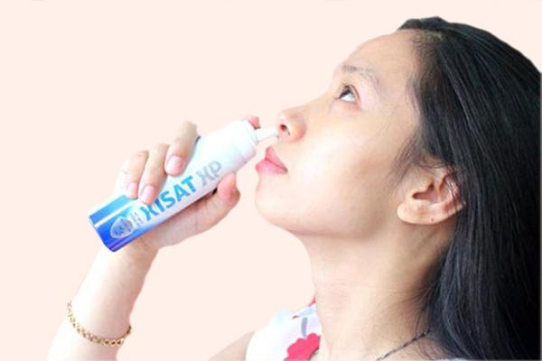 Sử dụng nước xịt mũi Xisat trên người lớn