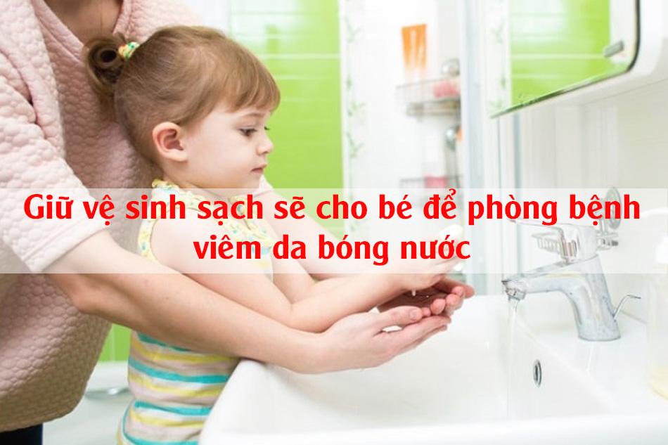 Giữ vệ sinh sạch sẽ cho bé để phòng tránh viêm da bóng nước