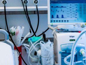 Báo động thở máy, bao gồm cả thở máy xâm lấn và không xâm lấn, cung cấp cả báo động âm thanh và cảnh báo hình ảnh không nghe thấy được thiết kế để đảm bảo hỗ trợ thở máy an toàn bằng cách thông báo cho bác sĩ lâm sàng về những thay đổi trong tình trạng bệnh nhân.