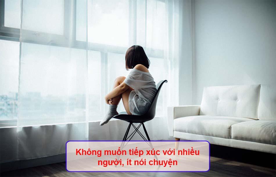 Không muốn tiếp xúc với nhiều người, ít nói chuyện, ít dùng mạng xã hội, tự cô lập.