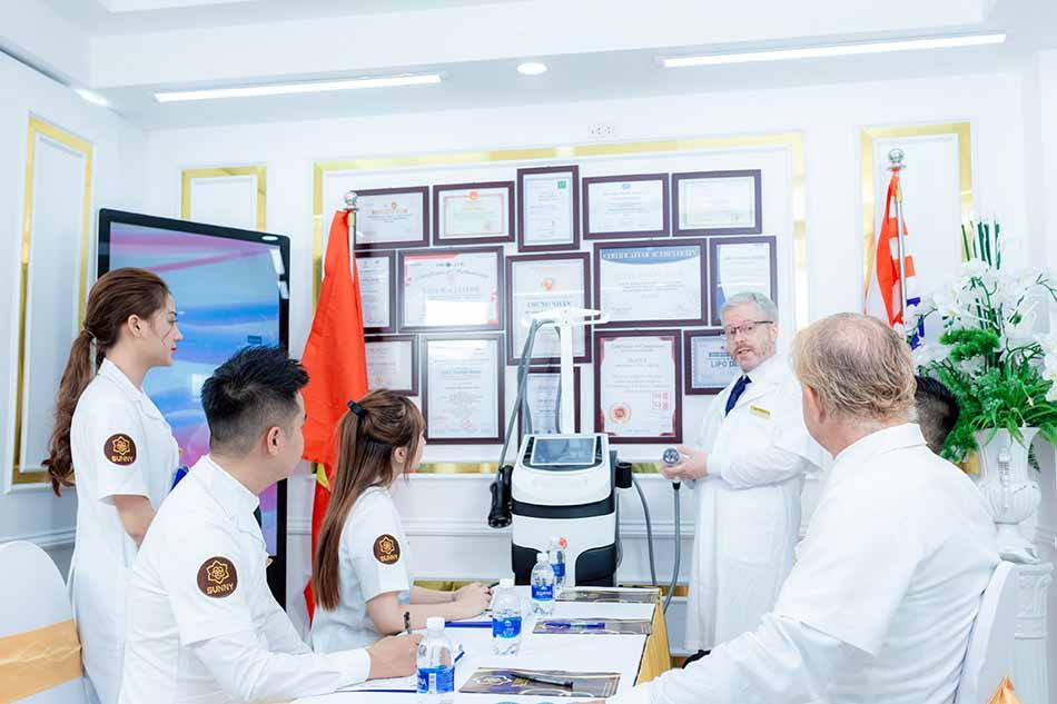 Hình ảnh chuyển giao công nghệ mới cho đội ngũ y bác sĩ của TMV Sunny